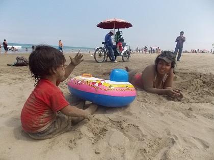 Muchas familias pasan la Navidad en la playa