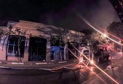 Bengala lanzada en Navidad habría generado incendio que destruyó comercio