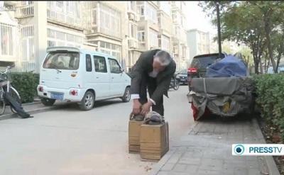 Hombre usa zapatos de 40 kilos para aliviar el dolor de espalda
