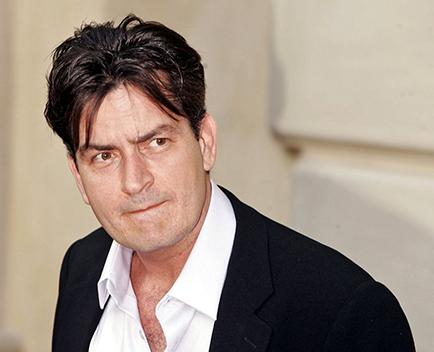 Charlie Sheen critica a actor por homofobia