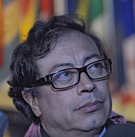 Notifican destitución de alcalde Gustavo Petro