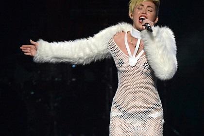 Miley Cyrus asegura que es feliz en su primera Navidad sin Liam