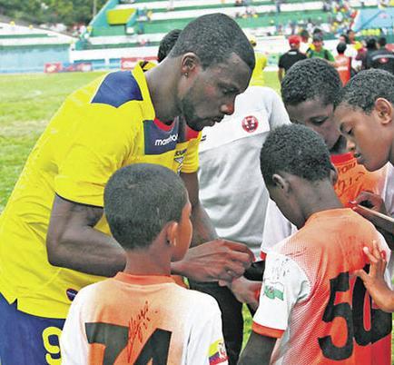 Futbolistas ecuatorianos jugarán cotejos benéficos
