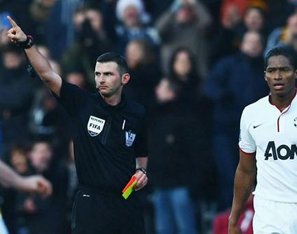 United gana y 'Toño' vio la roja