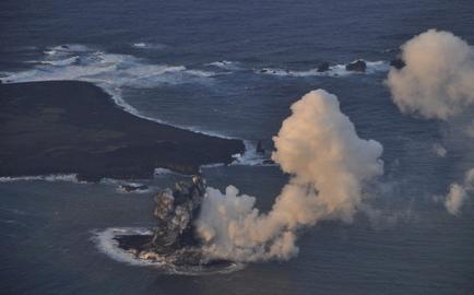 Nueva isla japonesa surgida de una erupción crece y se une a otra