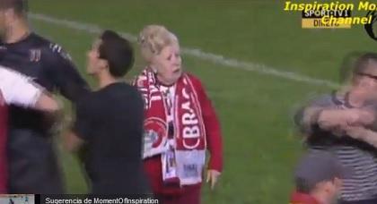 Anciana invade la cancha de un estadio para regañar a los jugadores