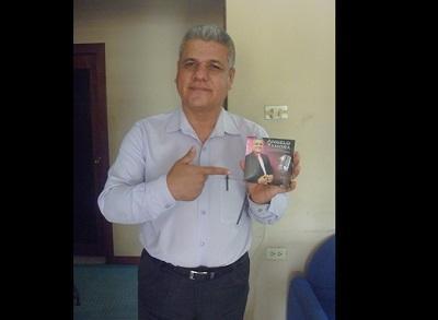 Cantante manabita se promociona en Perú