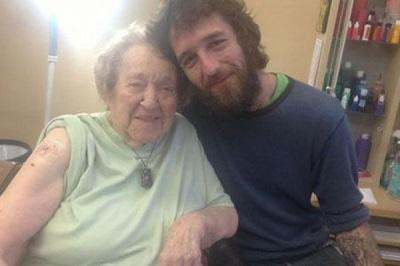Mujer cumple 103 años y lo celebra con un tatuaje