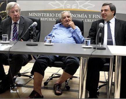 Presidente de Uruguay asiste en zapatillas a acto de juramento