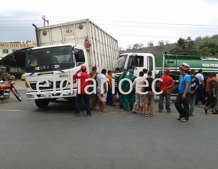 Camión y tanquero chocan en la vía Manta - Portoviejo