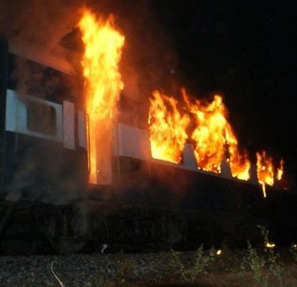 Mueren al menos 26 personas en el incendio de un tren en el sur de la India