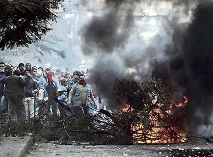 Estudiantes se enfrentan con la Policía y dejan un muerto