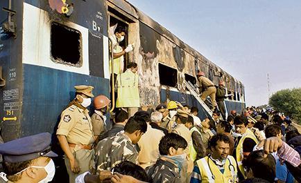 Mueren 26 personas en el incendio de un tren en el sur de la India