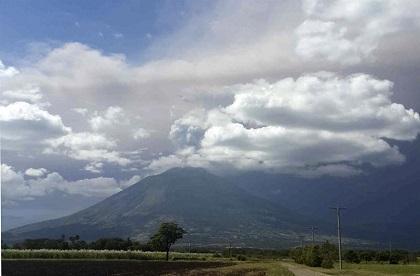 Declaran alerta y evacúan pobladores por erupción de volcán en El Salvador