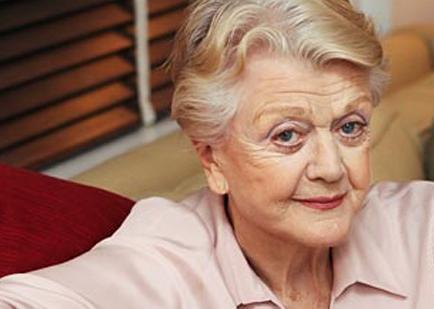 La actriz Angela Lansbury, entre los galardonados por Isabel II