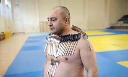 Hombre rompe récord al pegar más de 50 objetos metálicos a su cuerpo