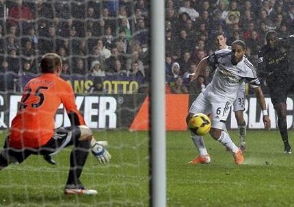 El Manchester City presiona al Arsenal con un 2-3 al Swansea