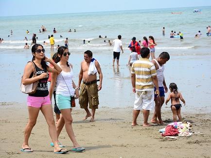 Turistas disfrutan el primer día del año en las playas manabitas