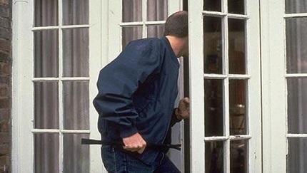 Hombre es descubierto robando en una vivienda