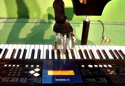 Joven crea un robot que toca el piano