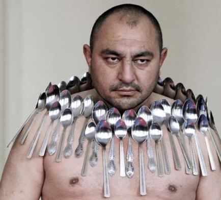 Hombre magnético se pega 53 cucharas en  el pecho y espalda