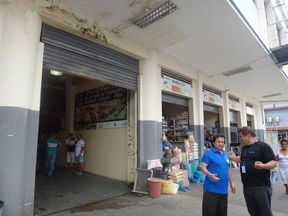 Comerciantes piden arreglo de loza en el Mercado Central