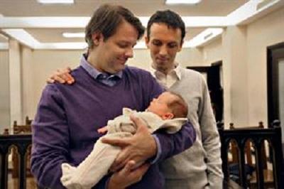 Papa dice que realidades como las parejas gays son un desafío educativo nuevo