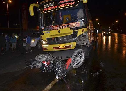 Motociclista choca de frente contra bus