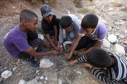 Niños palestinos piden ayuda a la ONU para recuperar un balón en Israel