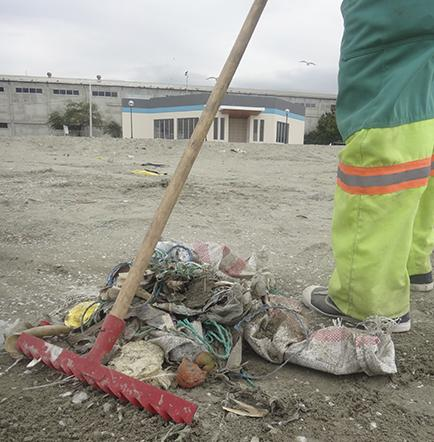 Las playas de Manta no tienen cestos