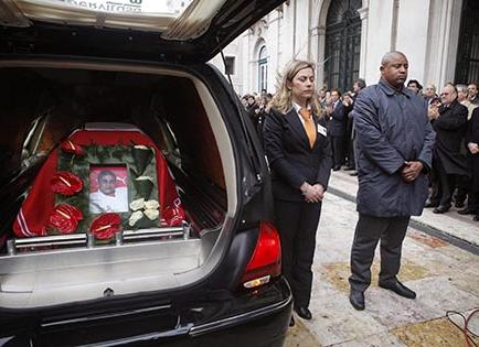 Dolor, lágrimas y aplausos en la despedida de Eusébio da Silva