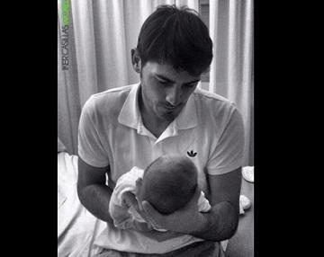 Iker Casillas presenta a su hijo Martín