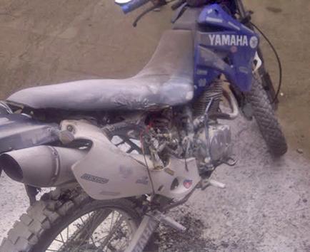 Motocicleta se prende en llamas con tres pasajeros