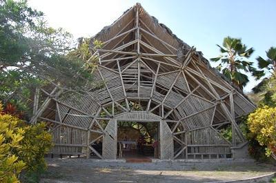 Iglesia de Bambú se cae a pedazos pese a oferta del presidente Correa