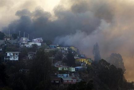 Evacuación masiva en sector de Valparaíso donde se ha reactivado el incendio