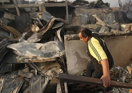 Autoridades rebajan a 11 cifra de muertos por incendio, que está rebrotando