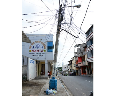 Piden arreglo de cables en postes