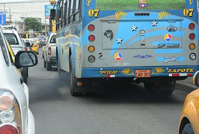 Bus circula contaminando el ambiente a su paso