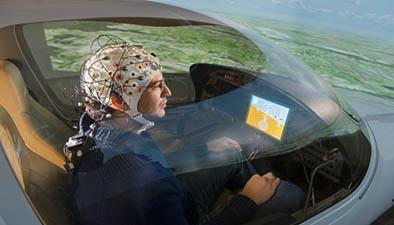 Científicos crean casco que permite el manejo de una aeronave con la mente