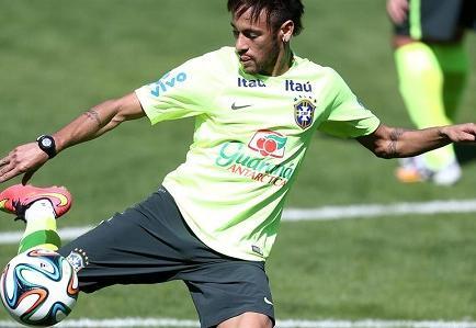 Neymar se entrena bajo la atenta mirada de su novia