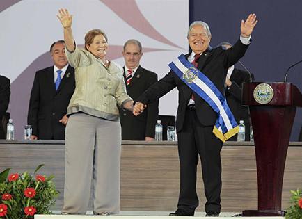 Exguerrillero asume la presidencia de El Salvador