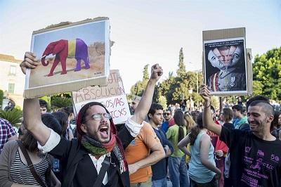 Cientos de personas exigen referéndum para decidir la continuidad de la monarquía