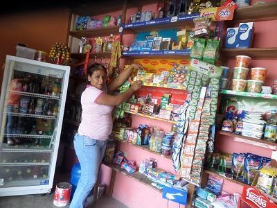 Varias mujeres emprenden negocios con créditos en los barrios