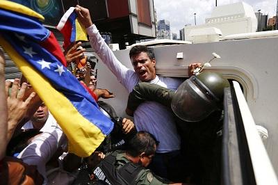 El opositor Leopoldo López comparece ante un tribunal de Caracas