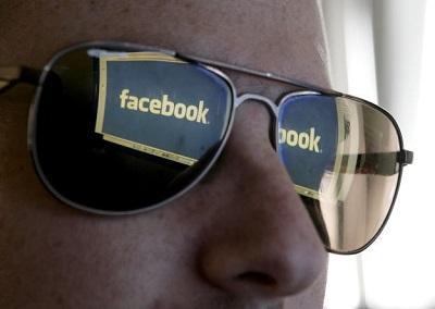 Ladrón se enamora de la mujer a la que asaltó y la agrega a Facebook