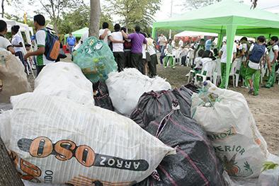 Colegiales reciclan para ayudar al ambiente