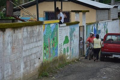 Padres de familia se oponen a la fusión de dos instituciones educativas en Santo Domingo