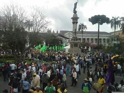 Yasuní Vive entrega firmas al presidente Correa para apoyar explotación petrolera