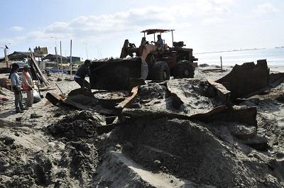 Retiran restos de barcos en playa