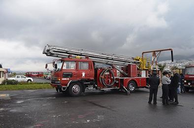 Donan carro escalera a los bomberos